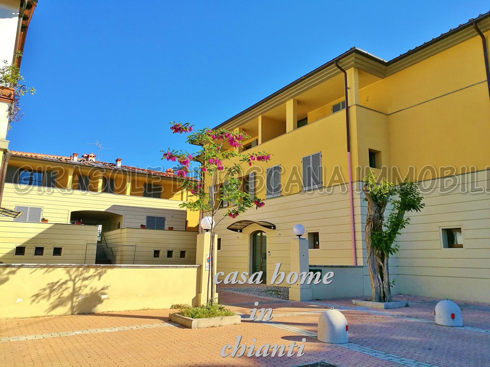 Grande appartamento cerbaia con loggia girasole di toscana for 3 piani da appartamento con 2 bagni e garage